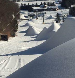 Modern snötillverkning innebär ofta att man vid gynnsamma väderförhållande gör maximal snömängd som sedan utplanas med pistmaskiner.
